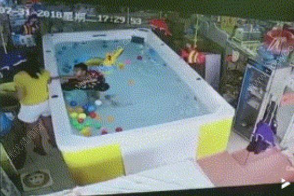 1岁宝宝溺水90秒母亲在旁边看手机,3次提醒被忽视[多图]